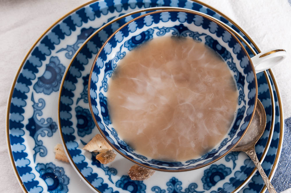 Sahne und Tee mit Keks und Kandis